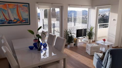 A seating area at Apartments Nika Mlini