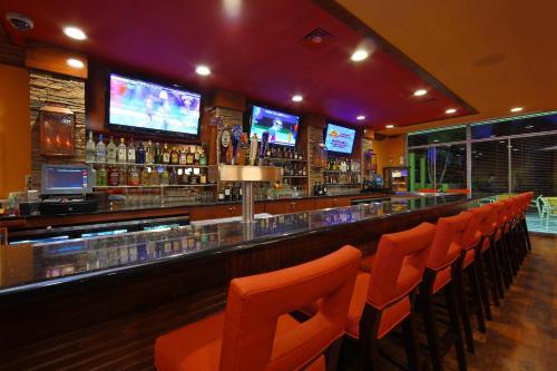 The lounge or bar area at Holiday Inn - Sarasota Bradenton Airport