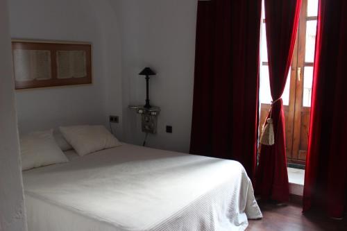A bed or beds in a room at Hotel Las Casas del Consul