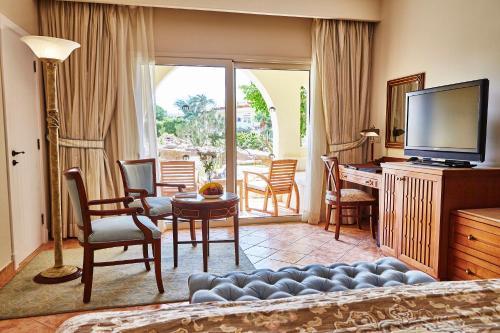 Kempinski Hotel Soma Bay tesisinde bir oturma alanı