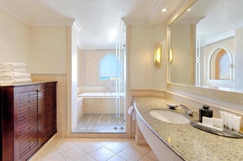 Kempinski Hotel Soma Bay tesisinde bir banyo