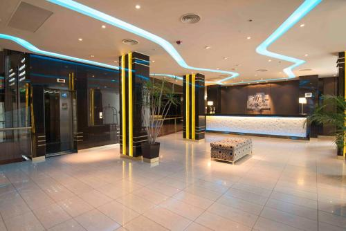 The lobby or reception area at Holiday Inn Rosario