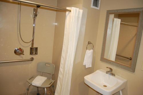 A bathroom at Pleasant Hill Inn