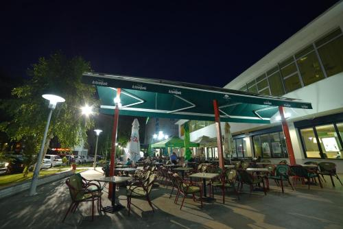 A restaurant or other place to eat at Park Hotel