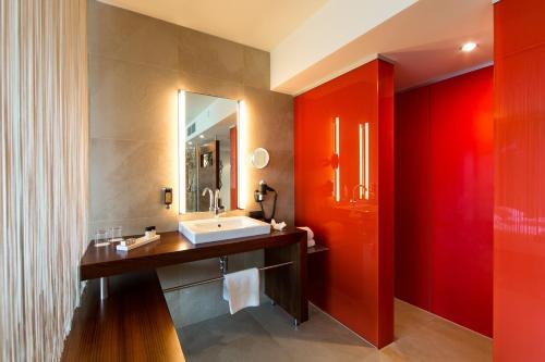 A bathroom at Seepark Wörthersee Resort