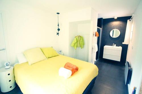 A bed or beds in a room at Appartement, arrière pays, proche Nice