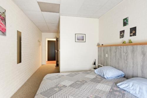 Een bed of bedden in een kamer bij Hotel de Waalehof