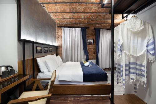 A bed or beds in a room at Hotel DeCamondo Galata