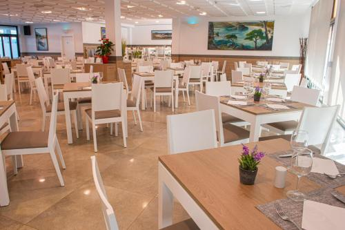 A restaurant or other place to eat at Hotel Loar Ferreries