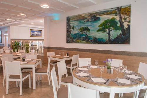 Un restaurante o sitio para comer en Hotel Loar Ferreries