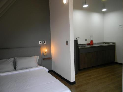 A bed or beds in a room at Soy Local Parque La 93