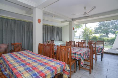 A restaurant or other place to eat at OYO 512 Agra Lanka Beach Resort