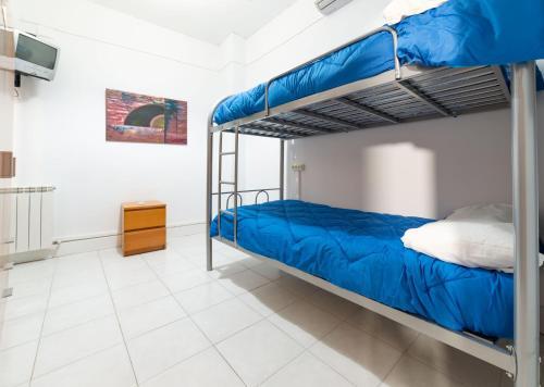 A bunk bed or bunk beds in a room at Albergue las Veletas