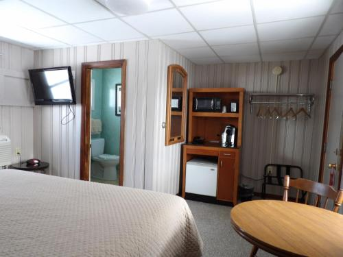 A television and/or entertainment center at Mount Blue Motel