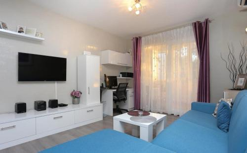 A television and/or entertainment centre at Makarska Beach Modern Apartment