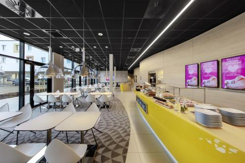 A restaurant or other place to eat at prizeotel München-Airport