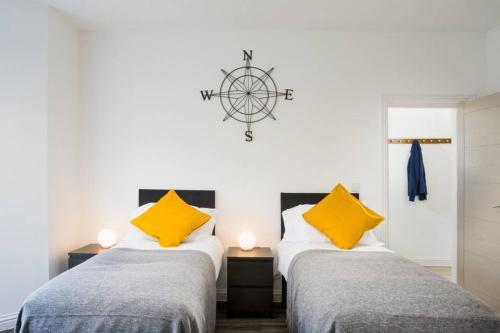 Large, high quality house sleeps 10 - MyCityHaven
