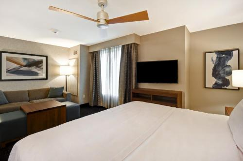 A bed or beds in a room at Homewood Suites by Hilton Pleasant Hill Concord
