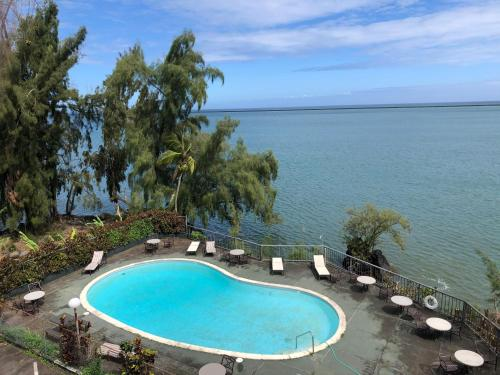 A view of the pool at Pagoda Hilo Bay or nearby