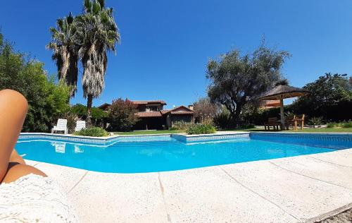 The swimming pool at or near Casa de Vacaciones El Tata