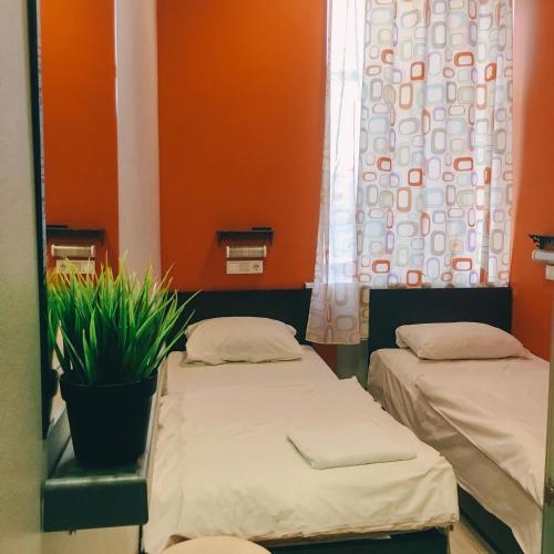 Кровать или кровати в номере Napoleon Hostel Moscow