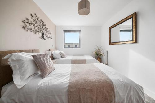 Stevenage's No1 Town Centre Apartment, Upto 5 People, With Free Car Park - Book Today