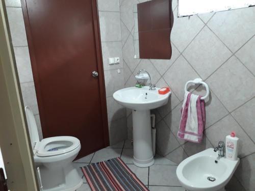 A bathroom at Chez Taia et Véro