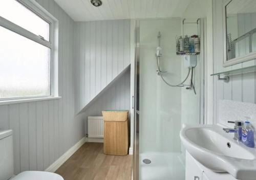 A bathroom at Cozy Southgate BNB