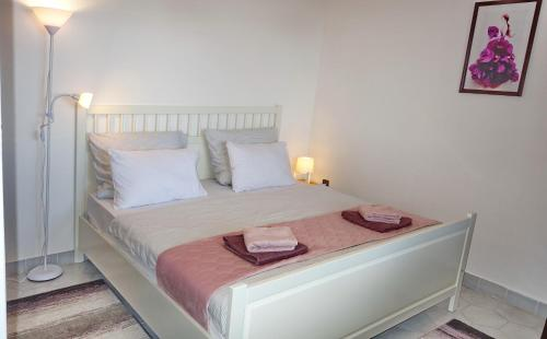 A bed or beds in a room at Tolena Heviz Apartments