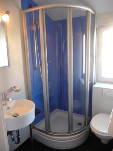 A bathroom at Idyllisches Landhotel Erdmannshöhle - Hasel im Südschwarzwald