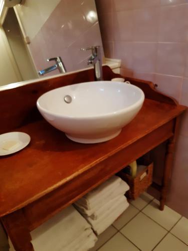 A bathroom at Chambres d'hôtes ''La Grand' Maison''