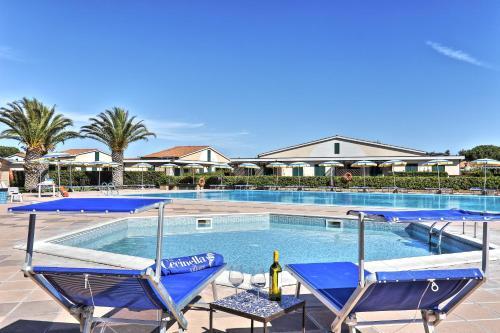 The swimming pool at or near Villaggio Turistico La Cecinella