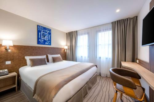 سرير أو أسرّة في غرفة في Quality Hotel Toulouse Centre