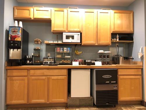 A kitchen or kitchenette at Weathervane Inn