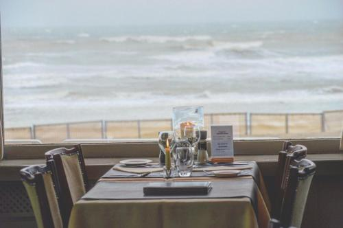 A restaurant or other place to eat at Strandhotel De Haan