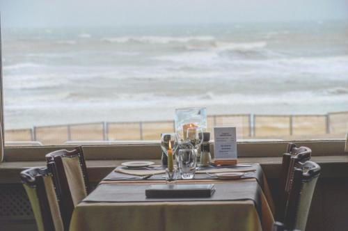Restaurant ou autre lieu de restauration dans l'établissement Strandhotel De Haan