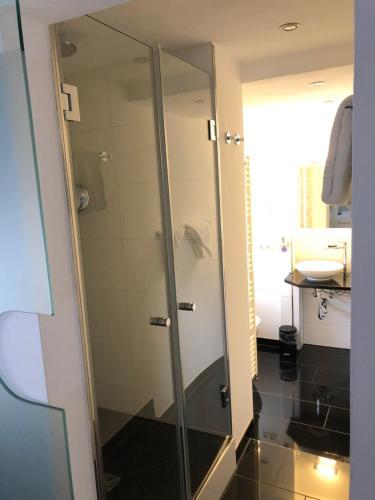 Ein Badezimmer in der Unterkunft Hotel Schmales Haus