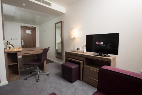 A television and/or entertainment centre at Staybridge Suites Birmingham, an IHG hotel