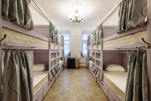 Двухъярусная кровать или двухъярусные кровати в номере Хостелы Рус - на Пречистенке
