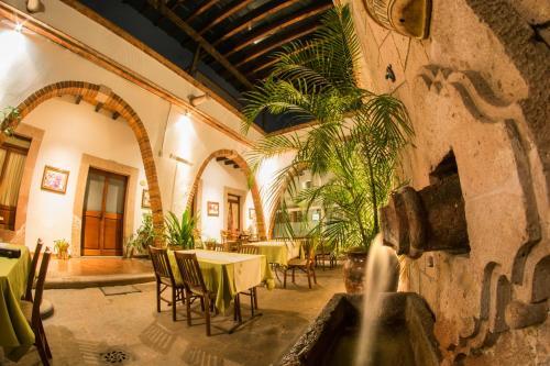 Un restaurante o sitio para comer en Hotel Mesón de los Remedios