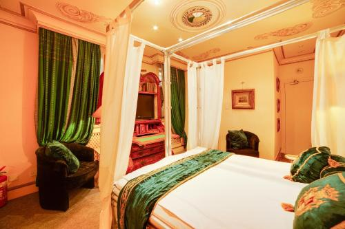 A bed or beds in a room at OYO London Lodge