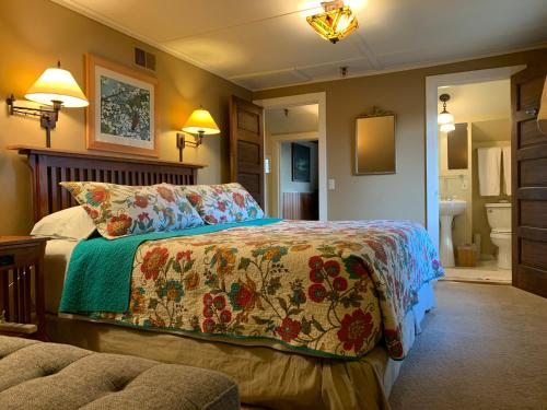 A bed or beds in a room at Kangaroo House Bed & Breakfast