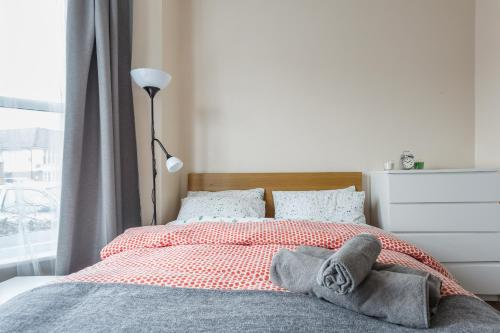 A bed or beds in a room at Shirley House Self Catering