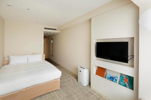 A bed or beds in a room at Keio Plaza Hotel Sapporo