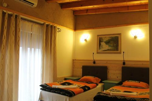 A bed or beds in a room at Hotel Tutto