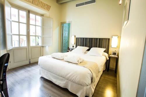 A bed or beds in a room at Hotel Boutique Casas de Santa Cruz