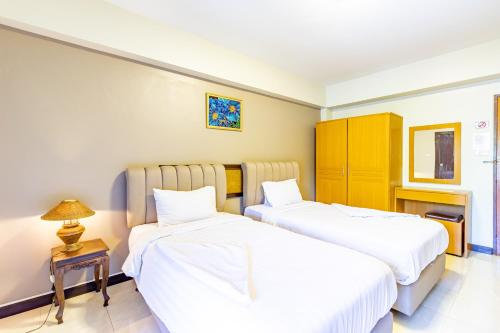 A bed or beds in a room at Silver Gold Garden, Suvarnabhumi Airport