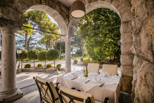 A restaurant or other place to eat at Amadria Park Hotel Sveti Jakov