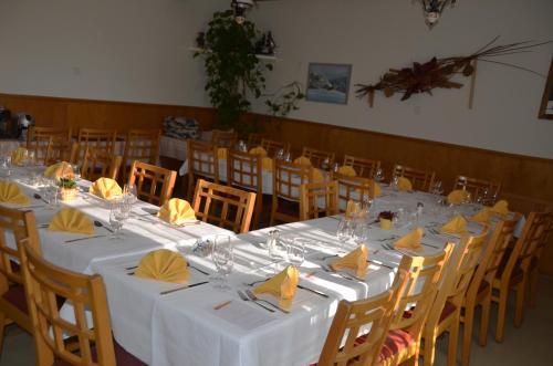 Ein Restaurant oder anderes Speiselokal in der Unterkunft Hotel Restaurant Bahnhof