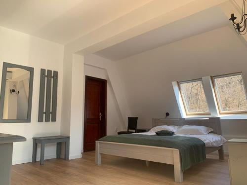 Un pat sau paturi într-o cameră la Pension Casa Vanatorilor
